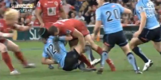 La cravate de Quade Cooper sur Berrick Barnes